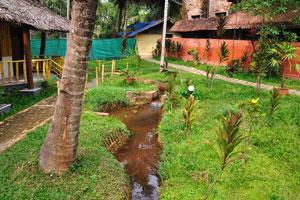 Небольшой искусственный ручей в саду. Дом отдыха «Эдемский сад»