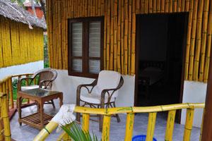 Журнальный столик размещён перед бунгало - дом отдыха «Эдемский сад»