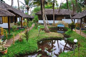 Мост через небольшой ручей в саду - дом отдыха «Эдемский сад»