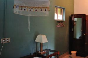 Ночной светильник в комнате с видом на сад - дом отдыха «Эдемский сад»