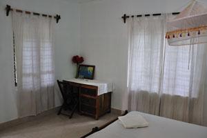 Белые занавески в комнате с видом на сад - дом отдыха «Эдемский сад»