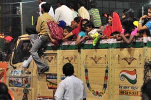 Большой грузовик с женщинами и детьми на фестивале