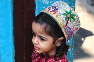 Маленькая индийская девочка в красивом платье
