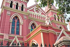 Фигурные окна здания католической церкви