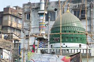 Пики мечети и оператора мобильной связи