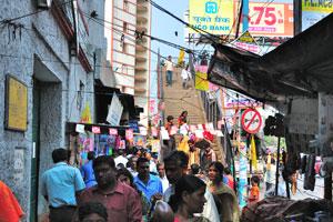 Улица полна рекламы и торговых магазинчиков