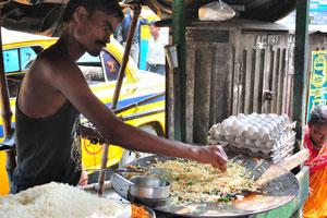 Продажа свежих яиц и приготовление лапши на улице