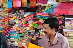 Здесь предлагаются к продаже сари разных цветов