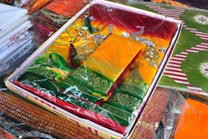 Цветное сари с изображением белых павлинов