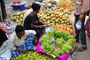 Продавцы индийских фруктов и овощей