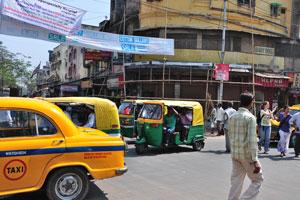 На перекрёстке полно такси и авторикш