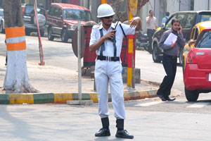 Полицейский разговаривает по рации на перекрёстке