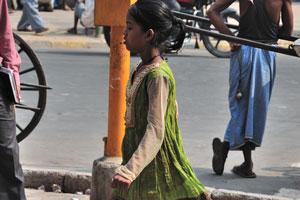 Девочка в красивом зелёном платье