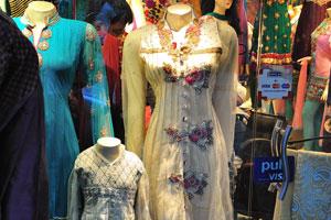 Элегантные платья в окне одного из магазинов