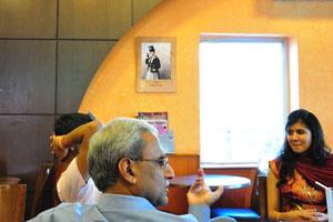Люди беседуют во время завтрака в Бариста Лавацца