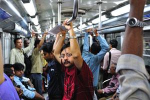 Внутренний вид вагона метро в Калькутте