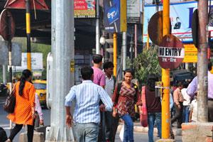 Молодежь на перекрёстке между станциями метро Эспланаде и Парк-Стрит