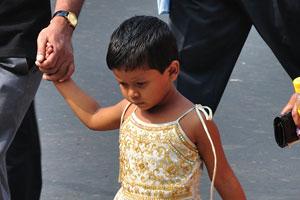 Красивая индийская девочка на перекрёстке