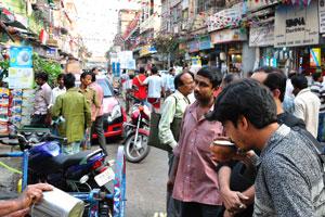 Рынок Чандни Чоук, мужчина пьёт сок сахарного тростника