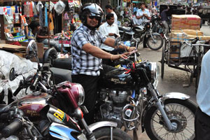 Улыбающийся мотоциклист