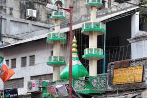Мечеть находится между магазинами по продаже электроники