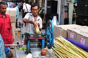 Машина для выжимки сока из сахарного тростника находится в процессе работы
