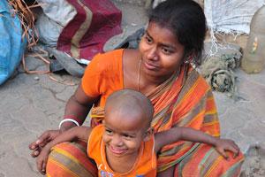 Женщина и её сын живут на улице