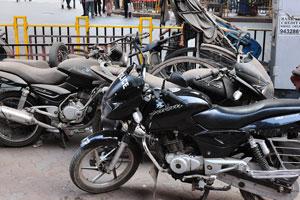 Мотоциклы покрыты толстым слоем пыли
