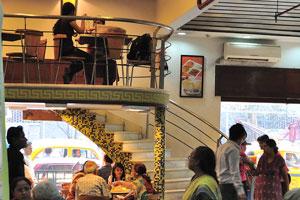 Халдирам Бхуджиавала находится рядом со станцией метро Рабиндра Садан