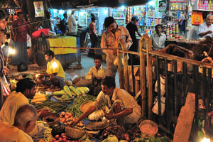 Вечером на улицах Калькутты очень много людей