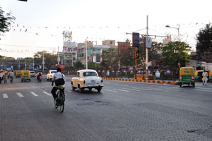 Чтобы добраться до улицы Принц Анвар Шах от станции метро Рабиндра Саровар, вам нужно идти вниз по улице Дешапран Шашмал