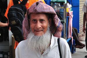 Вот пожилой мужчина и продавец овощей