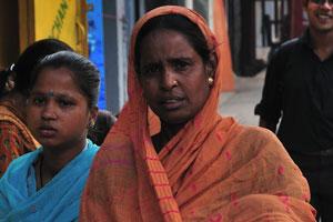 Индийская женщина в оранжевом сари