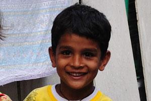 Маленький мальчик и маленькая девочка улыбаются