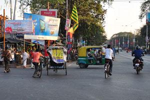 Перекрёсток между улицами Дешапран Шашмал Роуд и Принц Анвар Шах Роуд загружен дорожным движением даже вечером