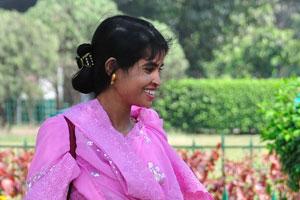 Это красивая молодая девушка в малиновом платье