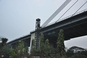 Начало моста на восточной стороне города