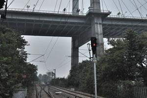 Мост Видьясагар Сету проходит над железной дорогой