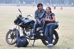 Молодая пара приехала на мотоцикле отдохнуть на Майдане