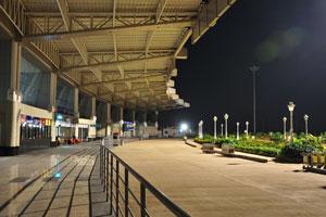 Пустой внутренний аэропорт в ночное время - тут нет людей