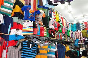 Мэйн Базар в Нью-Дели предлагает футболки
