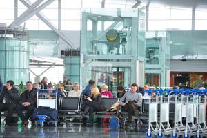 Киев - Борисполь - терминал D, люди в аэропорту ждут полёта
