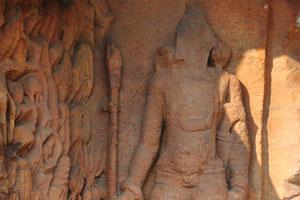 Скульптура воина. Рани Гумфа - хранитель двери и растительности