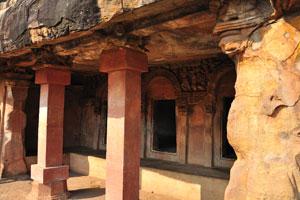 Низкий потолок в пещерах Удаягири