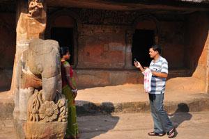 Индийцы делают снимки на фоне слона
