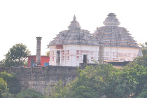 Вид джайнского храма Кхандагири от Удаягири