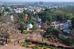 Вид с высоты птичьего полета на Бхубанешвар с вершины Удаягири