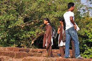 Индийская молодежь на холме Удаягири