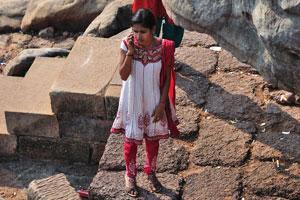 Индийская девушка звонит кому-то на холме Удаягири