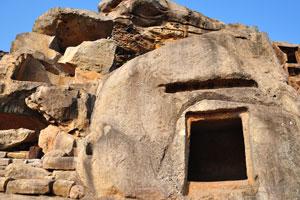 Сарпа Гумфа (Пещера 13) - необычная небольшая пещера с украшением над входом